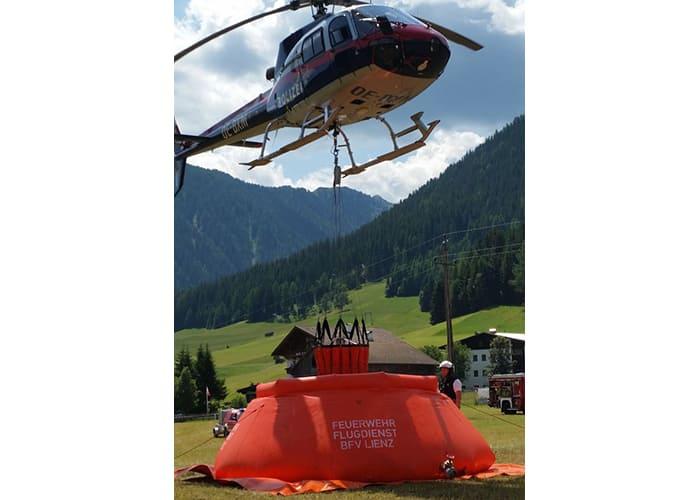 Auffüllen des Waldbrand Behälters durch Hubschrauber zum Katastrophenschutz